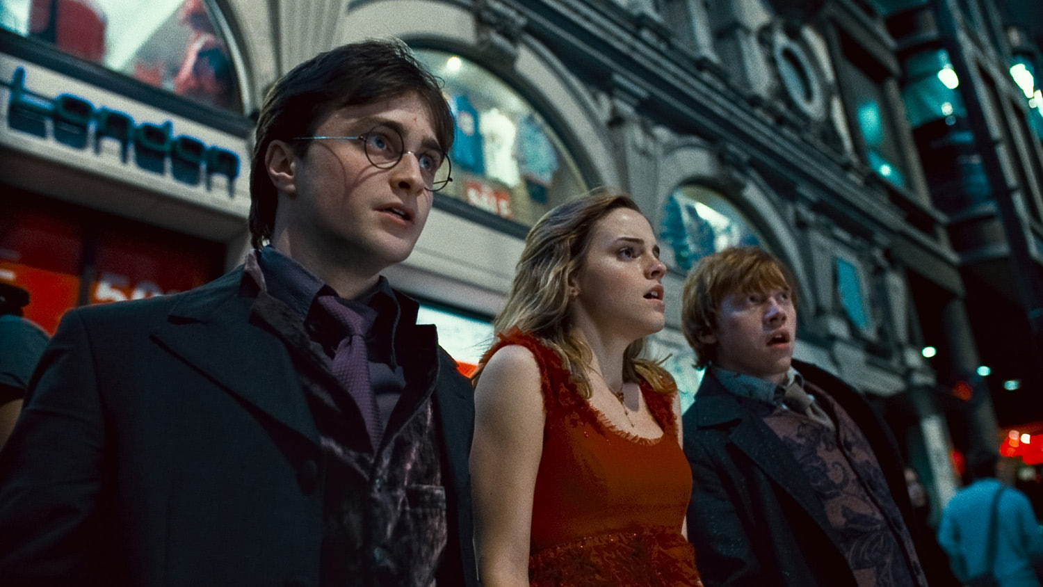 Harry, Ron and Hermione escape to London