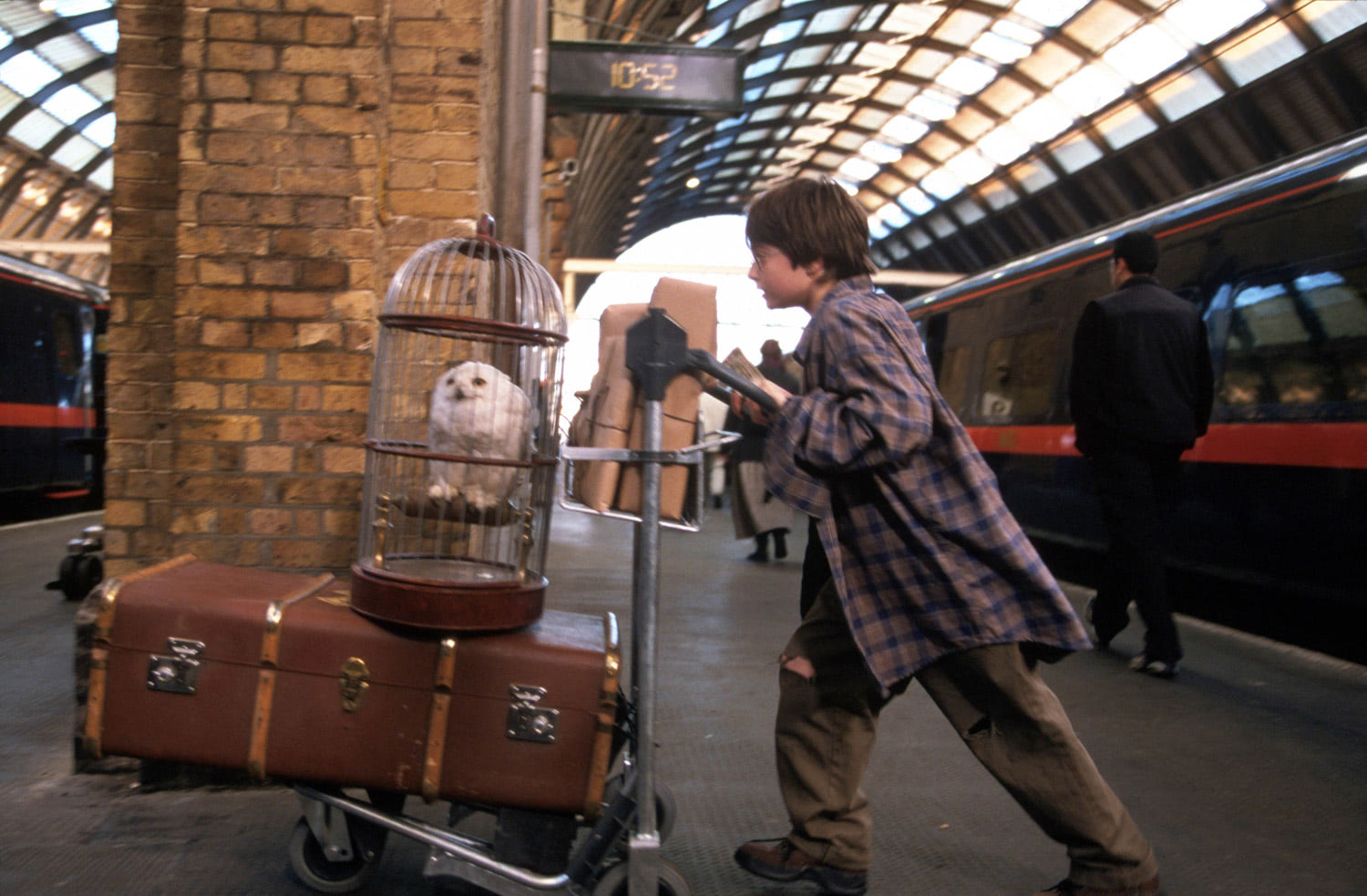 Harry pushes his trunk at King's Cross
