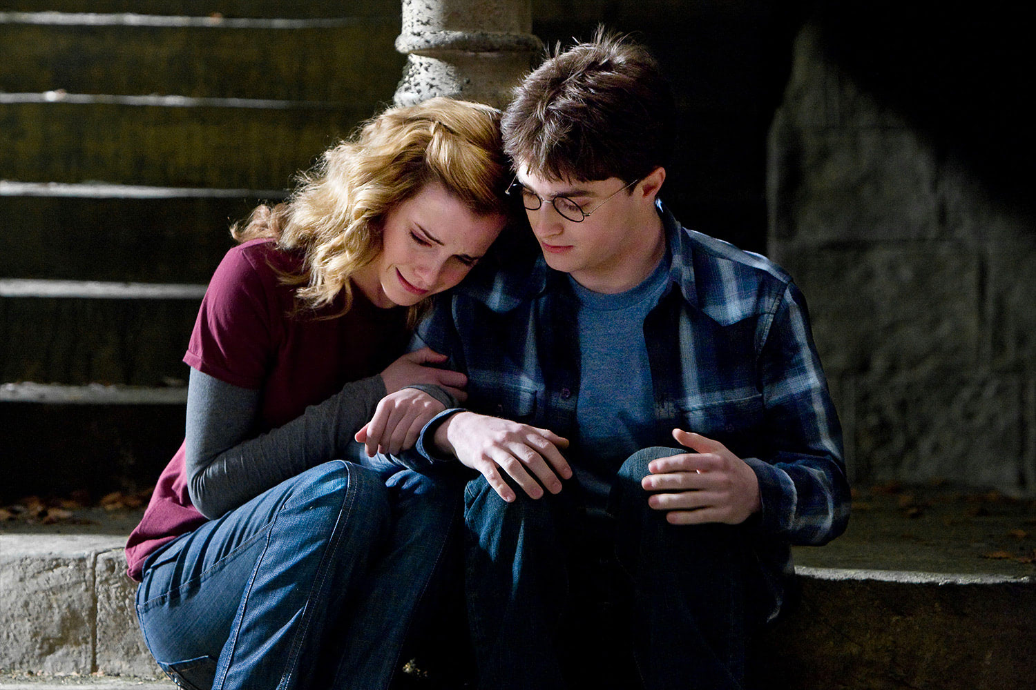 Hermione cries on Harry's shoulder