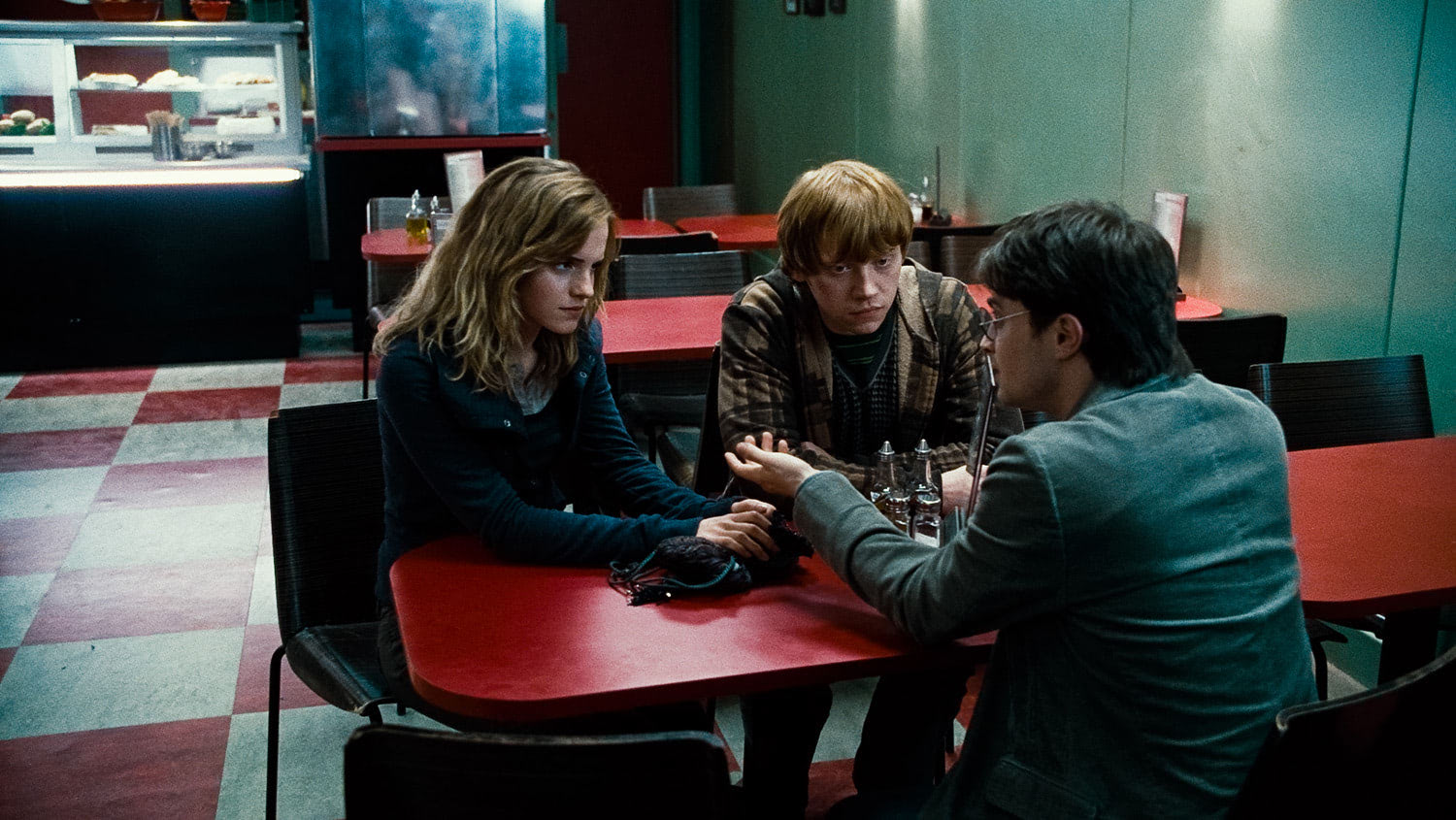 Hermione, Ron and Harry in a cafe