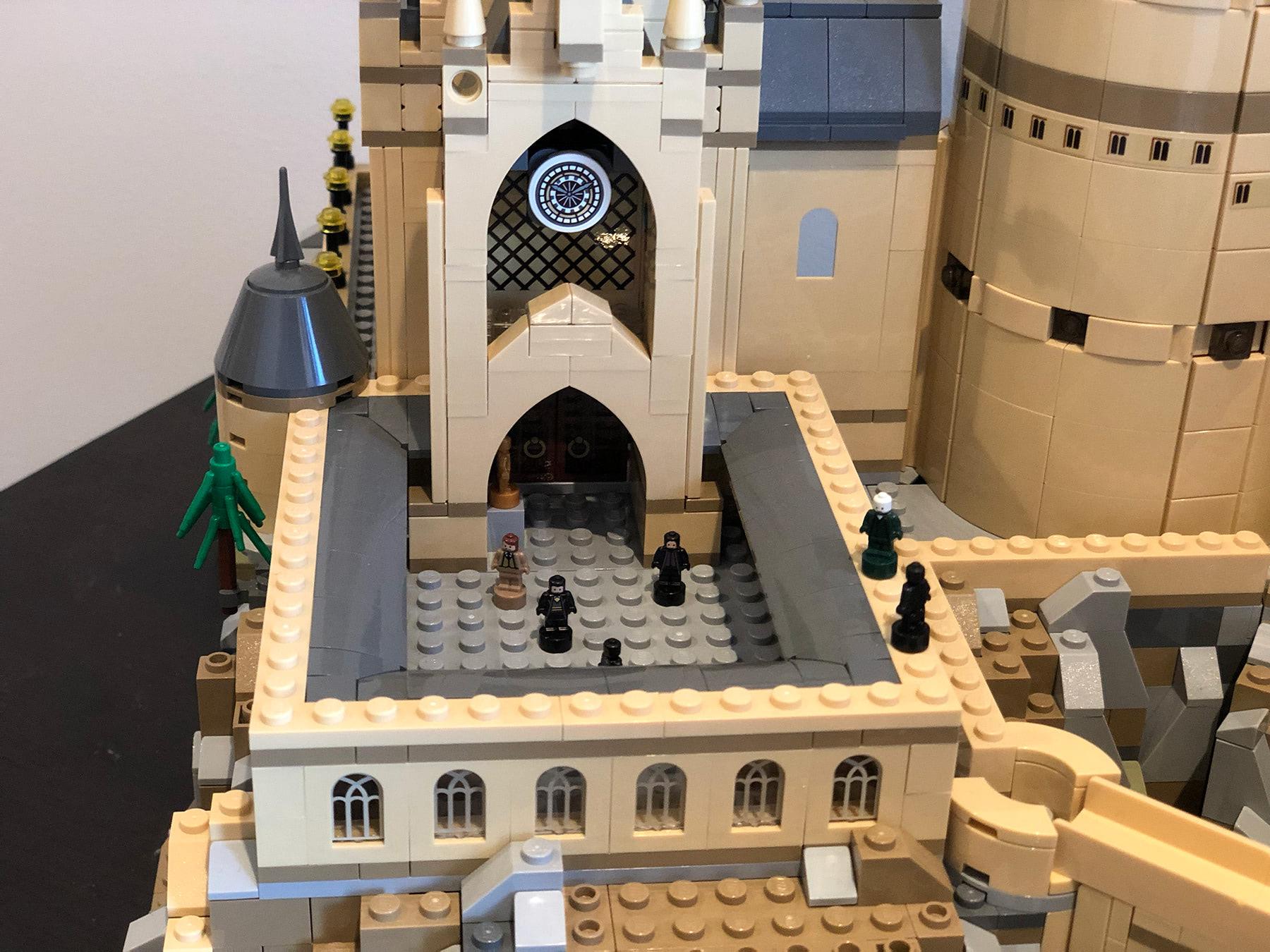 LEGO Hogwarts Castle (71043) courtyard