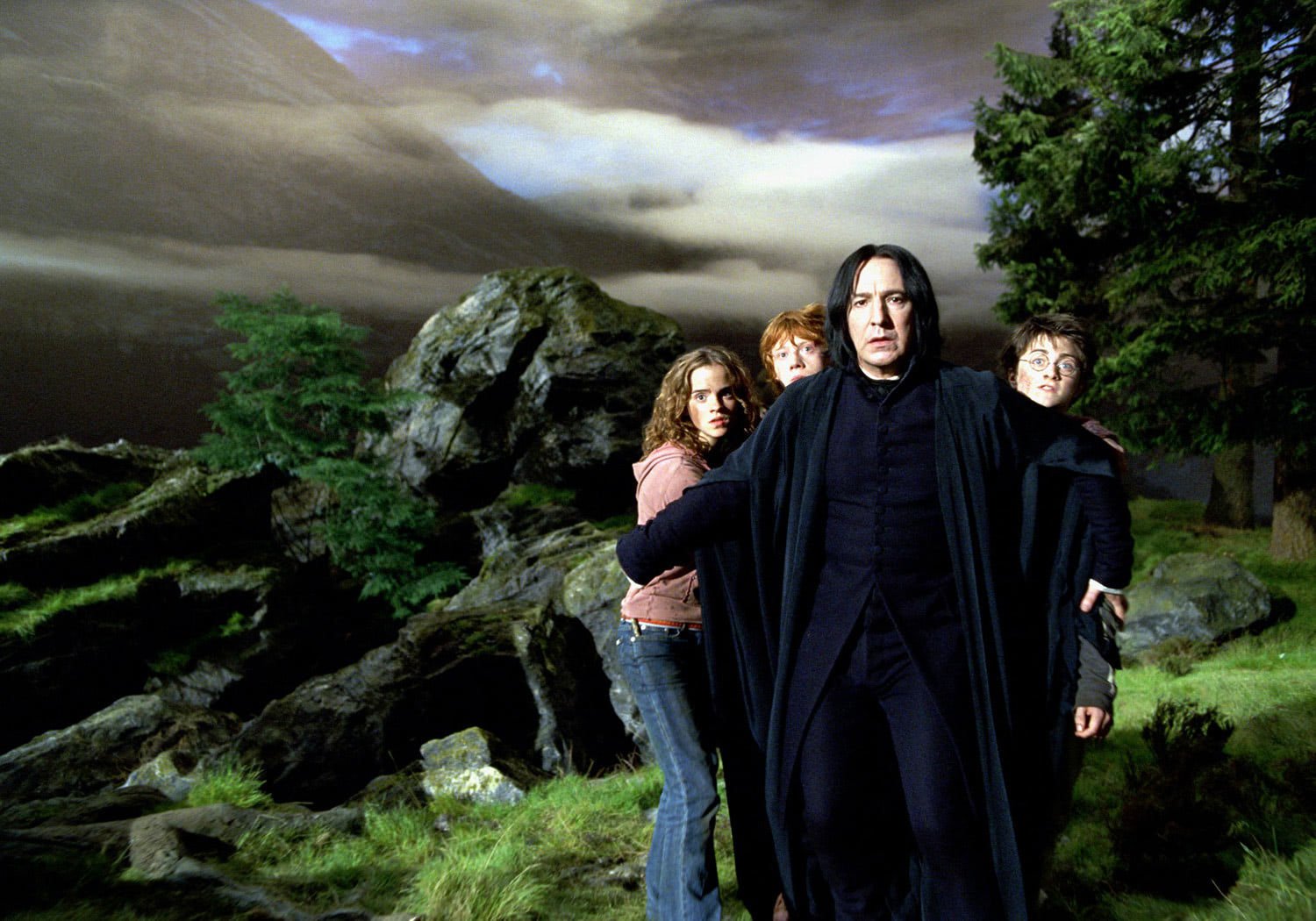 Snape protects the trio